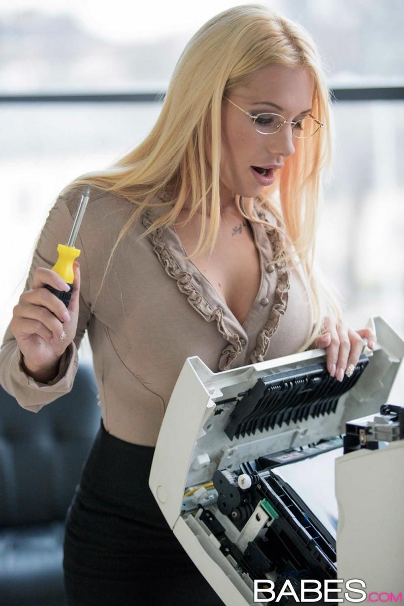 Kyra Hot Office Sex