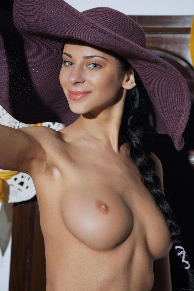 woman in big hat nude
