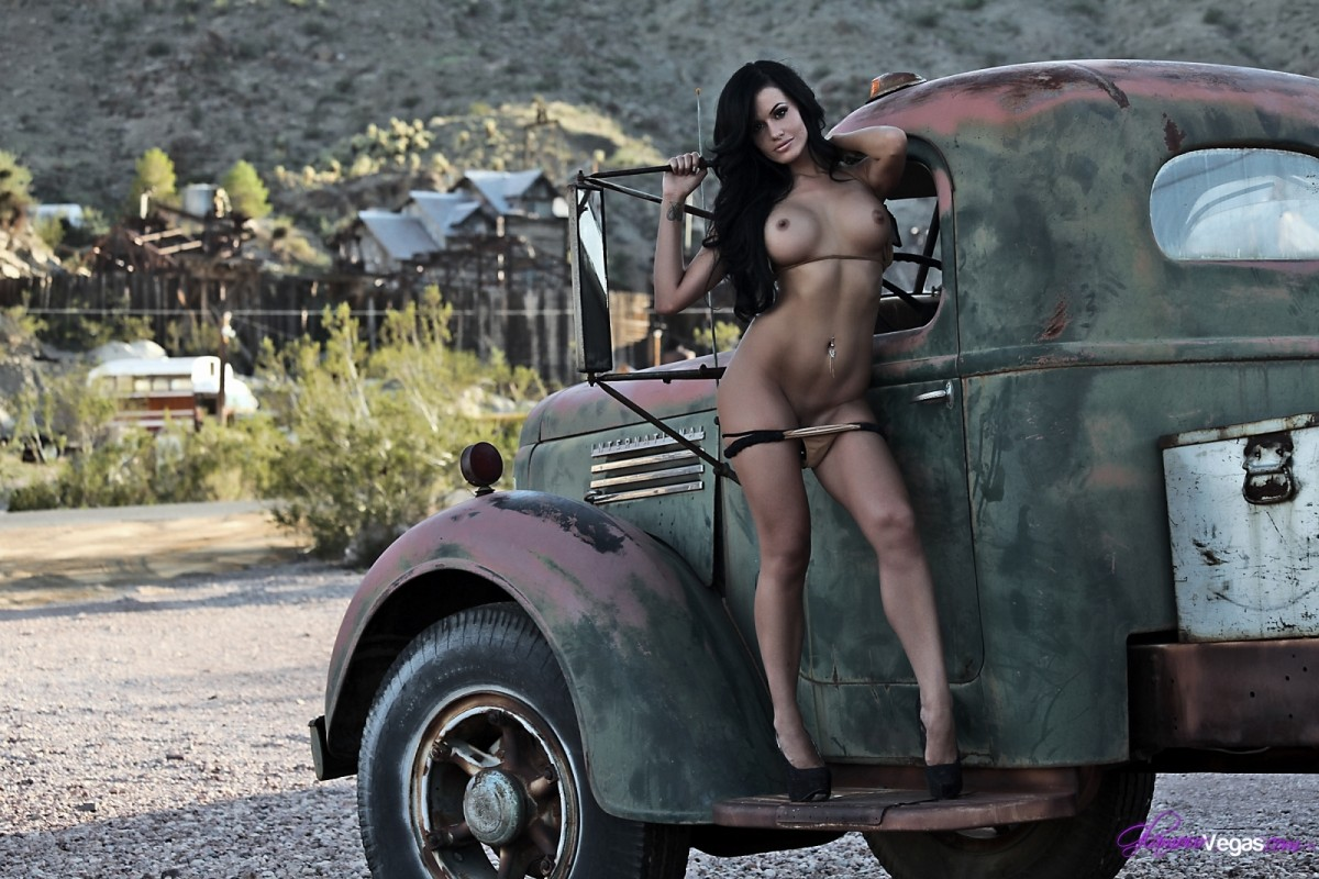 Sexwomom Nude Naked Woman On Truck