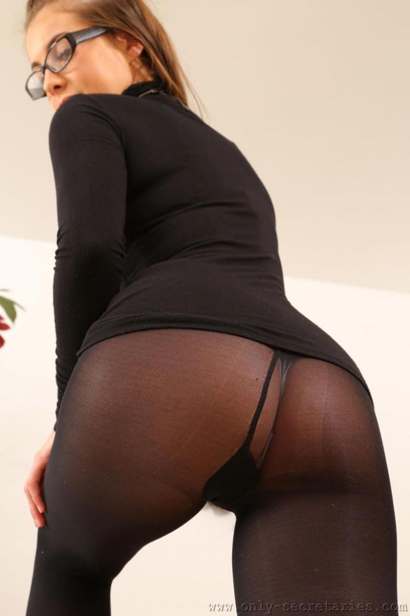 Sarah Mcdonald Teasing In Black Pantyhose-2857