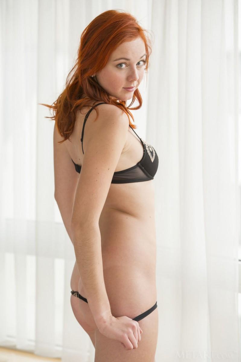 elen moore teasing naked in bed