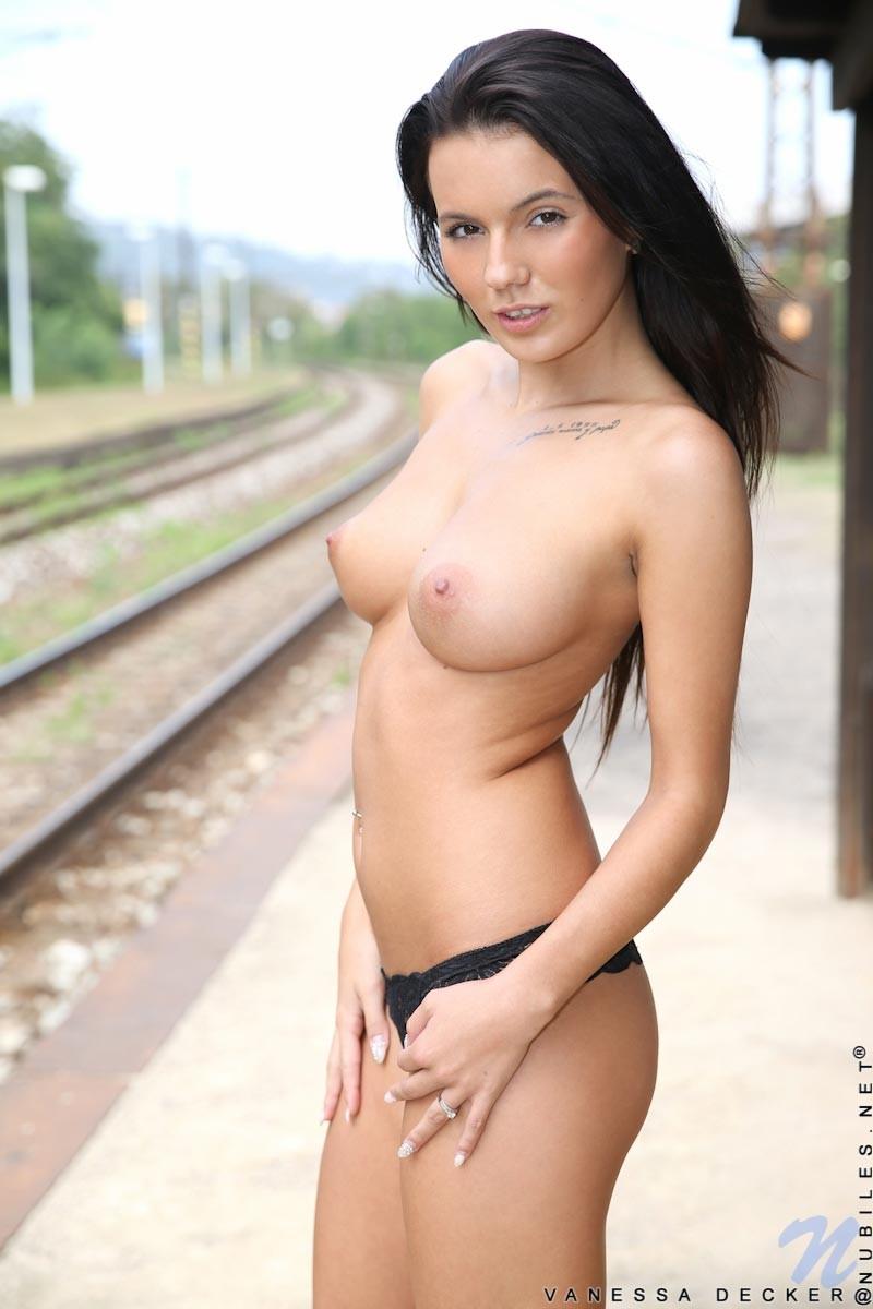 Vanessa Decker Nackt