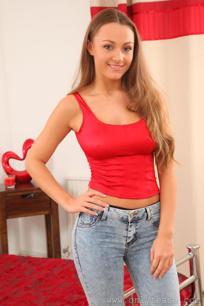 Redhead teen hottie spreads her legs