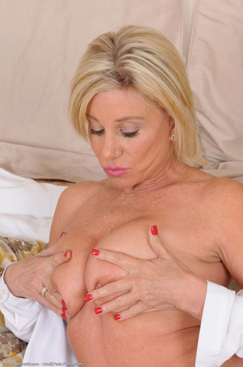 Payton Hall Plays with her Tits
