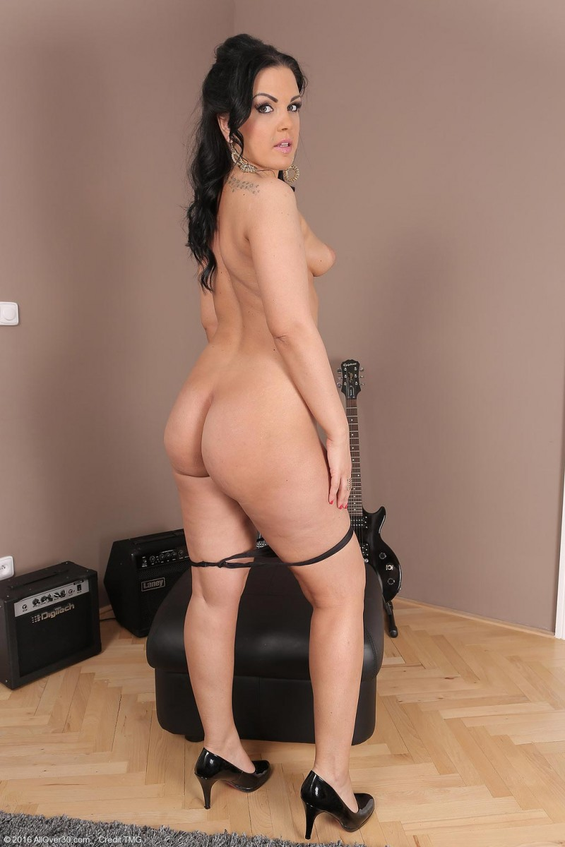 Nina Black Naked With A Guitar-4247