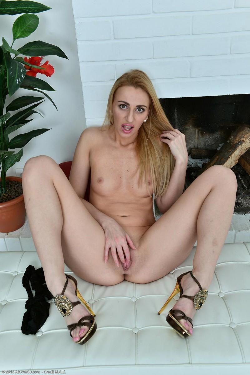 Afina Kisser Rubs Her Pink Pussy-6622