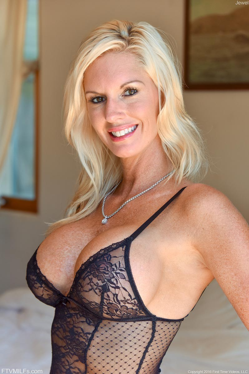 Blonde Cougar With A Tight Body-2817