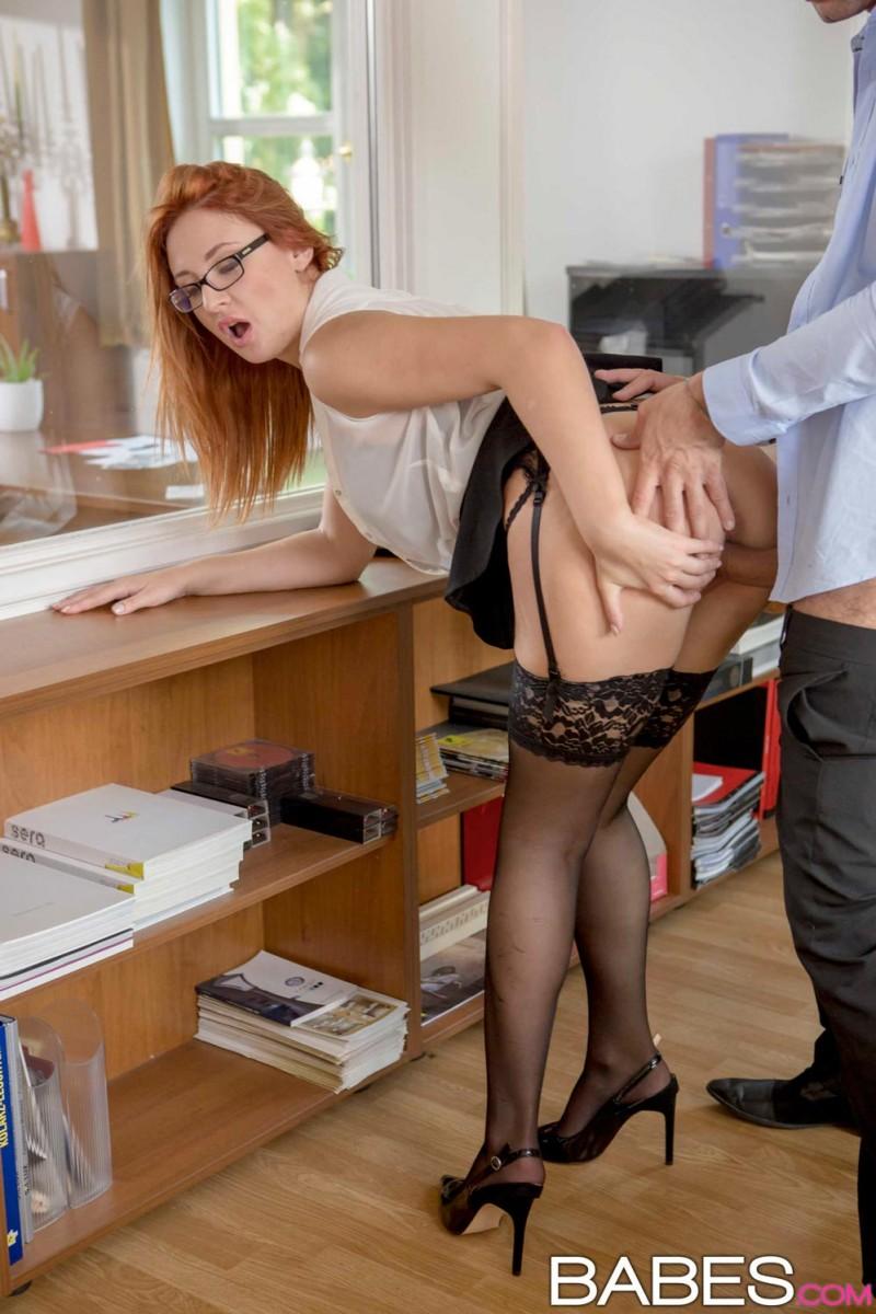 пробежали видео секс с рыжей секретаршей в очках начала
