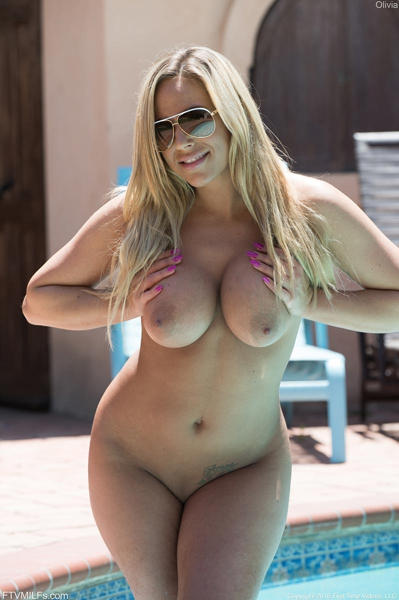 Curvy Cougar Naked By The Pool