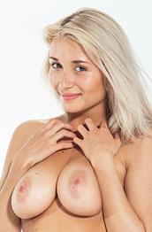 ella-c-nude-and-sexy