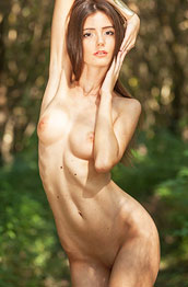 nude-hottie-in-the-woods
