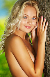 talia-posing-under-a-tree