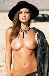 chelsie-aryn-posing-naked-in-the-desert