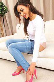 alegra-thomas-in-tight-jeans