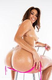 isabella-de-santos-big-oily-booty
