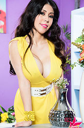 vee-vonsweets-in-a-tight-yellow-dress