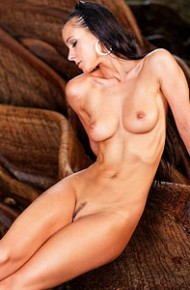 melisa-mendiny-naked-under-a-big-tree