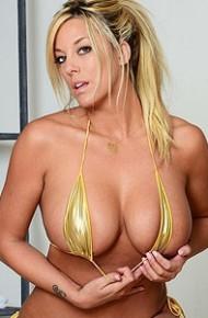 xo-gisele-in-a-golden-bikini
