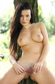 vanessa-decker-spreads-under-a-tree