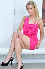 uma-zex-leggy-blonde-trophy-wife