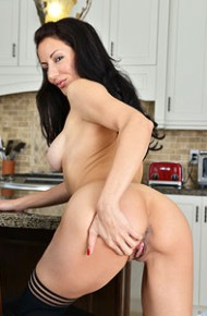 athletic-milf-olivia-bell-in-the-kitchen