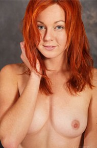 elen-moore-shows-bald-pussy