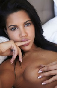apolonia-lapiedra-spreads-in-bed