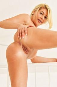 fit-naked-blonde-milf
