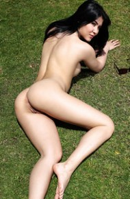 lady-dee-naked-on-the-grass