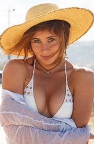 Bea Wolf Curvy Bikini Girl