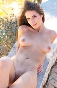 Sporty Babe Elina aka Mikka Nude Outside