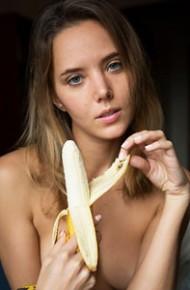 Katya Clover Lezzies and a Banana