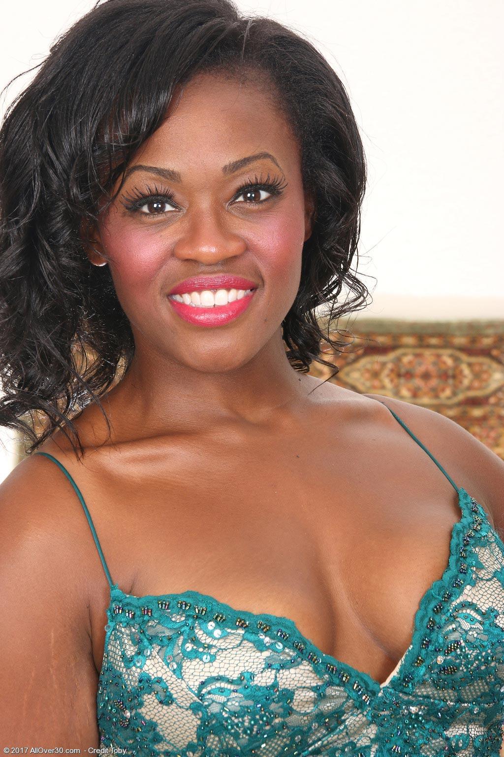 Sunny Classy Ebony Milf